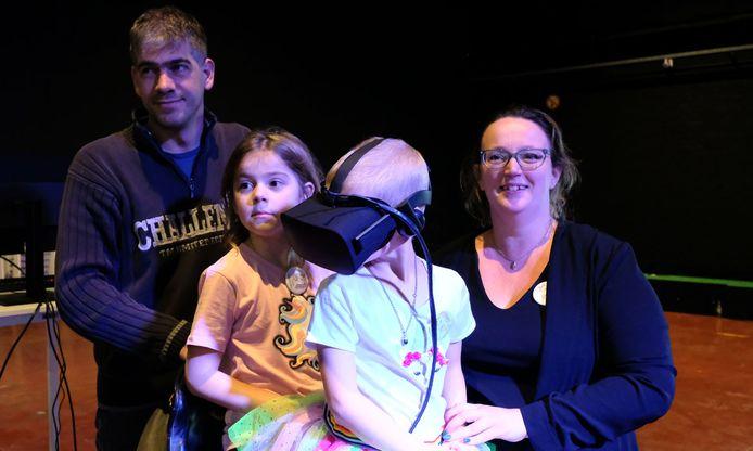 Helena (met bril) met haar papa, mama en zus.