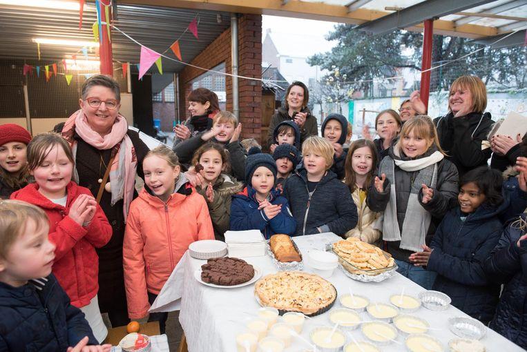 Juf Marleen werd door de leerlingen en haar collega's in de bloemetjes gezet met taart en dessertjes.