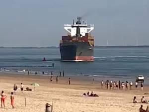 Un porte-conteneurs s'approche dangereusement d'une plage aux Pays-Bas