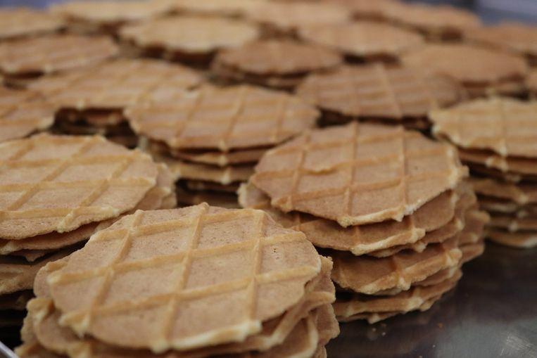 Zo komen de koekjes uit het ijzer van Dedrie.