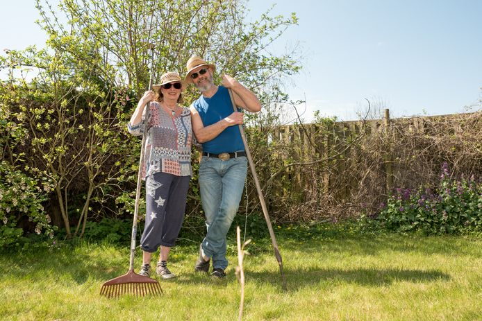John en Marleen Meuldijk klussen graag wat in de tuin om hun dank te betuigen voor het tijdelijk onderdak van vrienden.