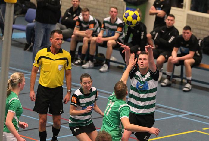 KVZ (gestreepte shirts) moet nog tot zeker 6 april wachten om te weten hoe de competitie afloopt voor de Zutphense korfbalclub.