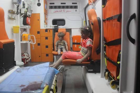Ook Omrans zusje kreeg een plaatsje in de ambulance.