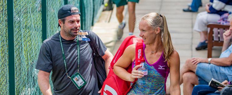 Coach Raemon Sluiter en Kiki Bertens voorafgaand aan de kwartfinale van het Wimbledon tennistoernooi in juli dit jaar. Beeld ANP