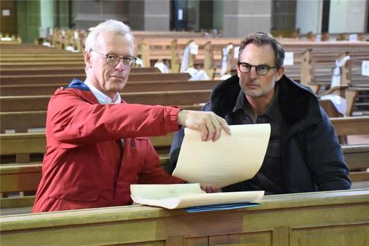 Ronald de Boer en de stadsarchivaris in de kerk in Stadtlohn.