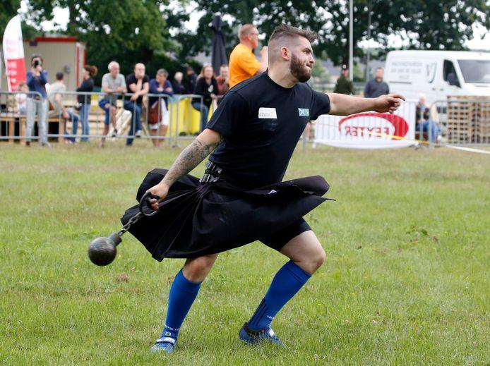 Toby de Brouwer tijdens het onderdeel Weight for Distance tijdens de Highland Games in 2018.
