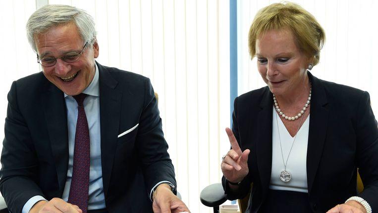 Kris Peeters en Marcia De Wachter, ondervoorzitter van de Hoge Raad voor de Werkgelegenheid, delen een momentje.