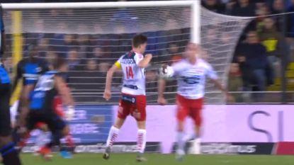 Lepoint trapt tegen arm van Kortrijkse ploegmaat, ref wuift na het zien van de beelden penaltyclaim weg