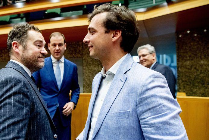 Thierry Baudet, leider van Forum voor Democratie, krijgt de felicitaties van VVD-leider Klaas Dijkhoff vanwege zijn monsterzege bij de Provinciale Statenverkiezingen.