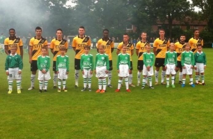 De spelers van NAC droegen het nieuwe shirt tijdens de wedstrijd tegen vv Kogelvangers in Willemstad.