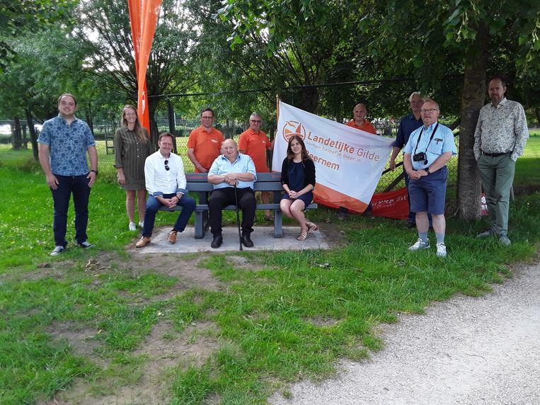 De Landelijke Gilde schenkt een zitbank aan de gemeente Beernem.
