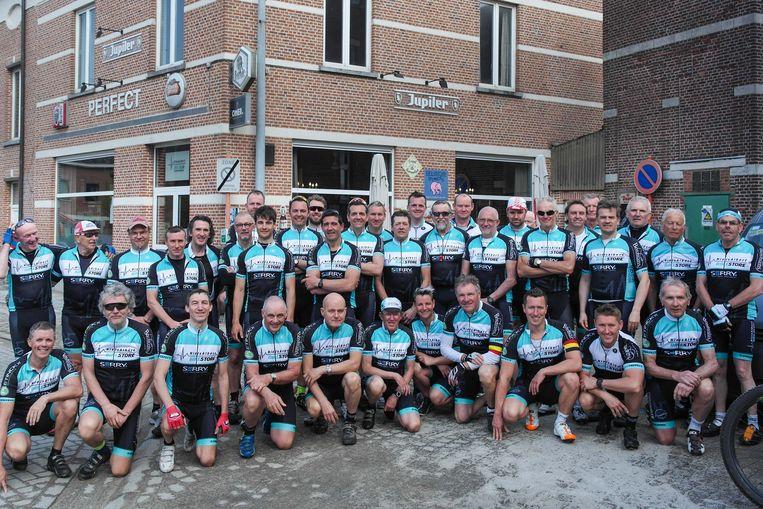 De leden van de Niels Albert Bike Club aan hun clublokaal in Boortmeerbeek.