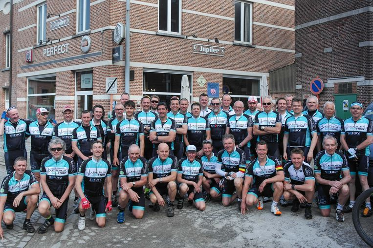 De leden van de Niels Albert Bike Club aan hun clublokaal in Boortmeerbeek.