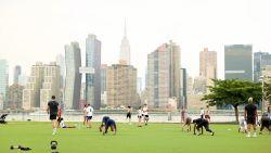 Outdoor fitness met skyline van New York als achtergrond: wanneer indoor fitness geen optie is, is dit geen slecht alternatief