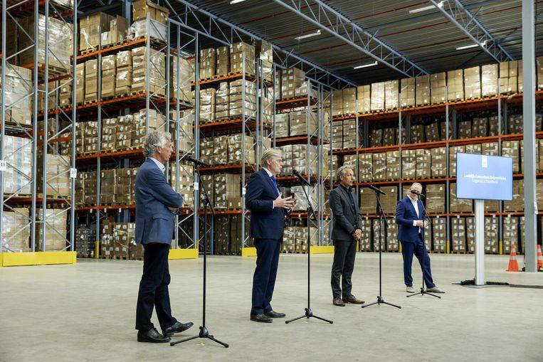 Minister Martin van Rijn (tweede van links) van Medische Zorg tijdens een presentatie vanmiddag in een distributiecentrum van het Landelijk Consortium Hulpmiddelen.  Beeld ANP