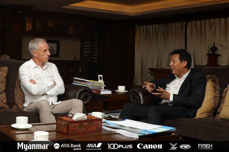 Eric Abrams (links) in gesprek met de bondsvoorzitter van Myanmar.