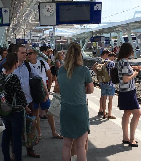 Volle perrons met Vierdaagsegangers op stations Arnhem en Nijmegen