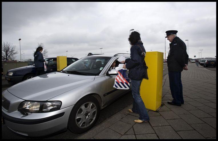 Beeld uit 2005: Personeel van Randstad deelt op verzoek van de Koninklijke Marechaussee flyers uit aan personeel op luchthaven Schiphol om meer informatie te verkrijgen over de diamantroof. Beeld anp