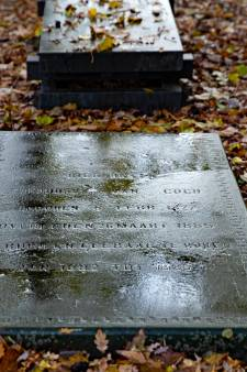 Barsten en scheuren in grafsteen vader Vincent van Gogh, kerkhof in Nuenen afgeschermd