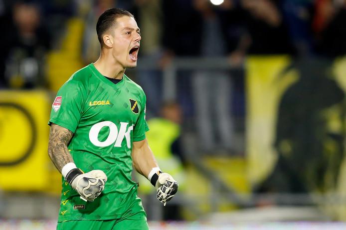 Nick Olij viert de winnende goal van Van Hooijdonk.