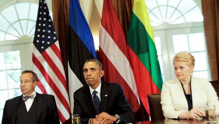 Obama met de presidenten van Estland en Litouwen, met wie hij gisteren overleg voerde. Beeld getty