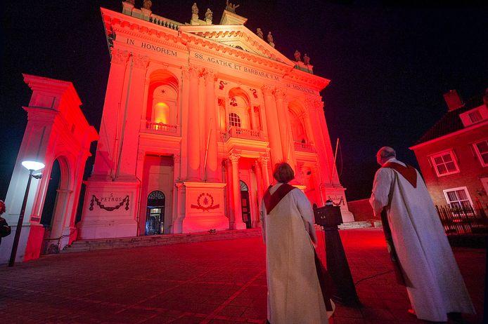 OUDENBOSCH Pix4Profs / Marina Popova.  Vanwege vrijheid van religie zijn ruim 100 kerken woensdagavond in het rood gezet. De basiliek ook.