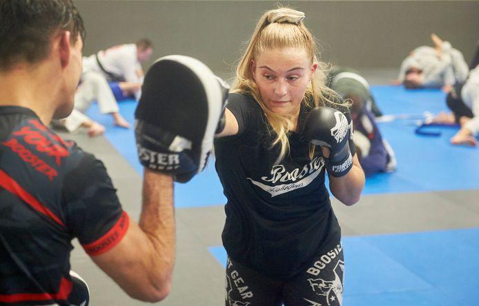 Senna van der Veerdonk tijdens training MMA vechten bij van Buel Sports te Oss.