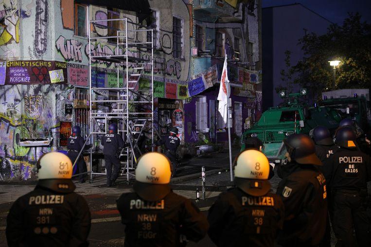Liebig34 is een iconisch kraakpand in Berlijn dat vandaag wordt ontruimd door de politie.  Beeld Getty Images
