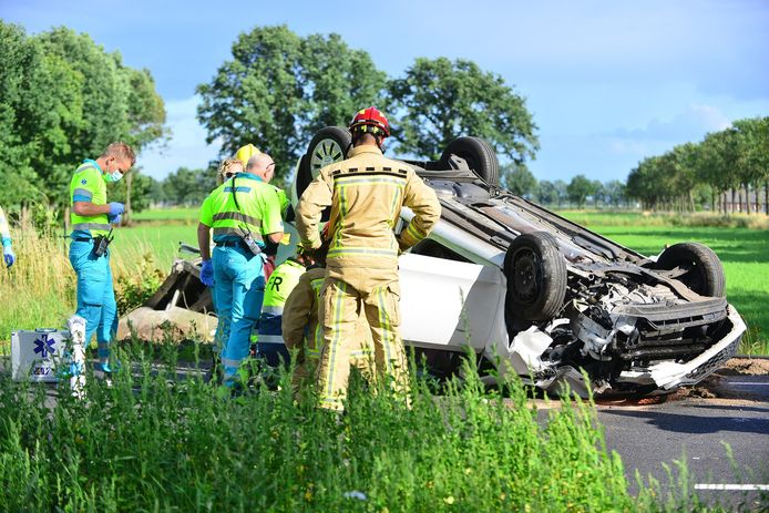 Auto over de kop in Someren