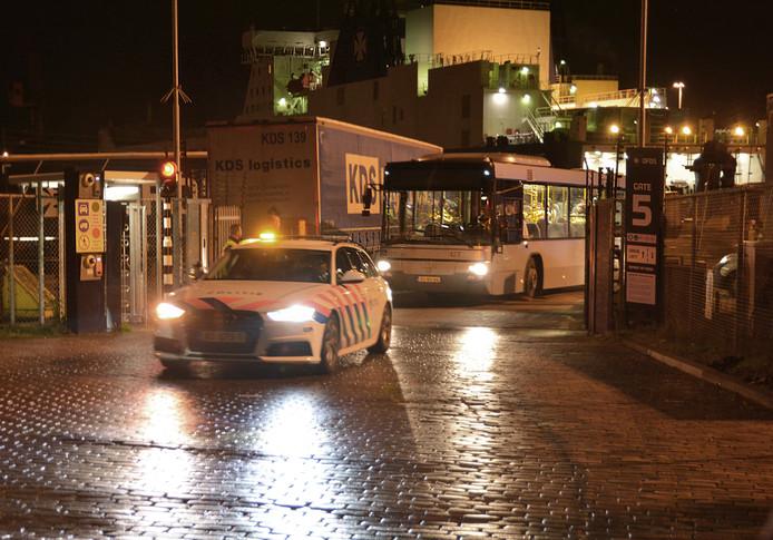 De verstekelingen zijn met een bus van het DFDS-terrein gebracht. Ze worden nu verhoord.