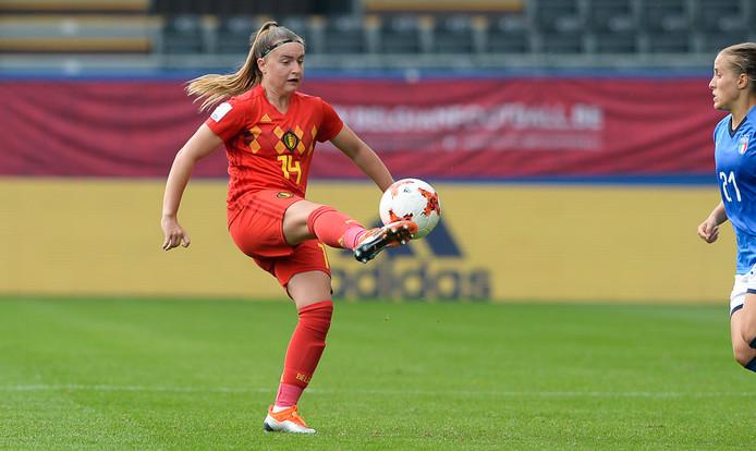 Davinia Vanmechelen in actie voor de Red Flames.