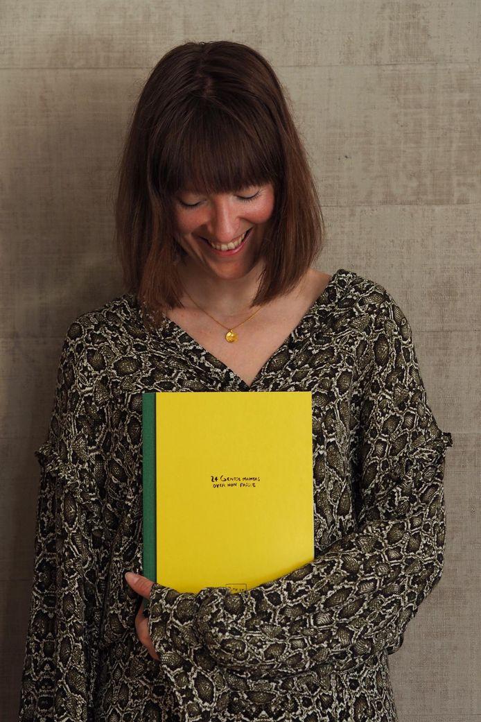 Ruth Van de steene met haar boek 'Ruth en de mooie makers'.