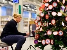 Joris' kerstboom in de bibliotheek in Eindhoven vol met licht