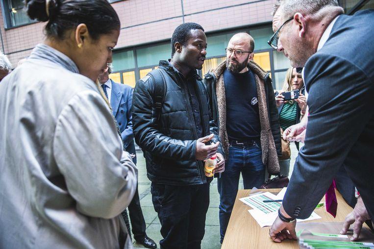 Jerry Afriyie en andere tegenstanders van Zwarte Piet in Leeuwarden.  Beeld null