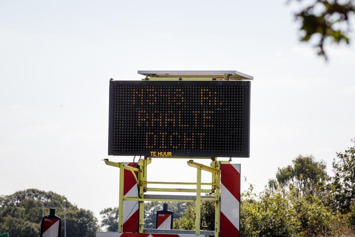 Ommen - De Deventerweg (N348) tussen Ommen en Lemelerveld gaat vanaf morgen zes weken dicht.