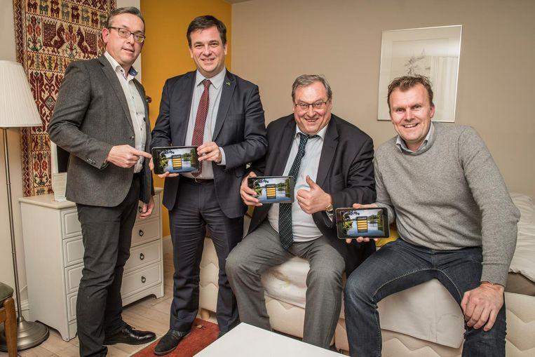 Lex Corijn (links) samen op de foto met burgemeester Kris Declercq, schepen Dirk Lievens en B&B-gast Pieter Kranenburg.