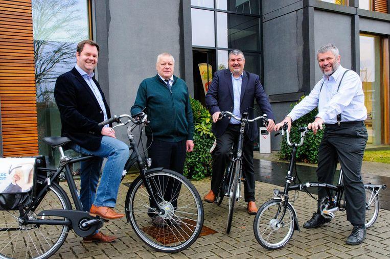 Burgemeester Steven Swiggers, de schepenen Mark Feyaerts, Dieter Van Besien en Paul De Troyer zullen zich de komende weken meer met de fiets naar hun werkplaats begeven.