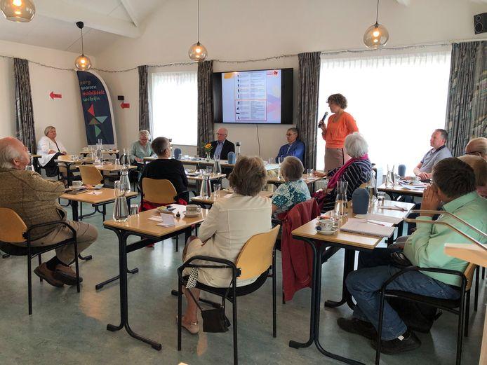 Dialoogsessie met ouderen in wijkgebouw De Meerpaal in Strijp, met (staand) geriater Judith Wilmer van het Catharina Ziekenhuis.