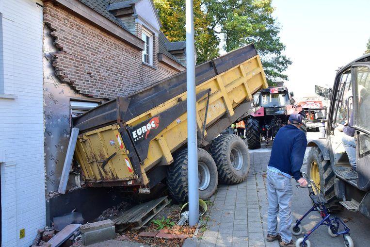 De schade aan de voorgevel van het getroffen huis is groot.