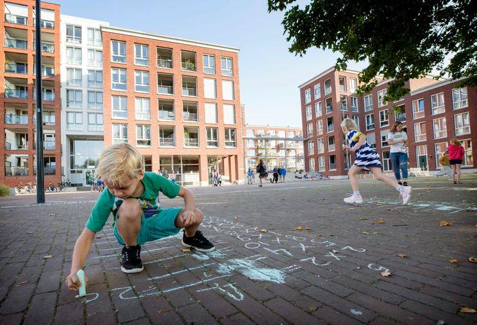 Leerlingen van groep 4 van basisschool St. Joseph in Breda doen een estafettespel waarbij ze de tafeltjes moeten invullen.