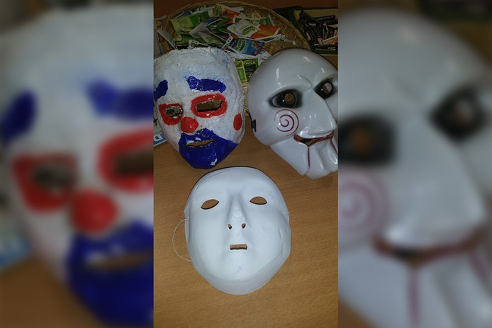 De maskers die de drie droegen.