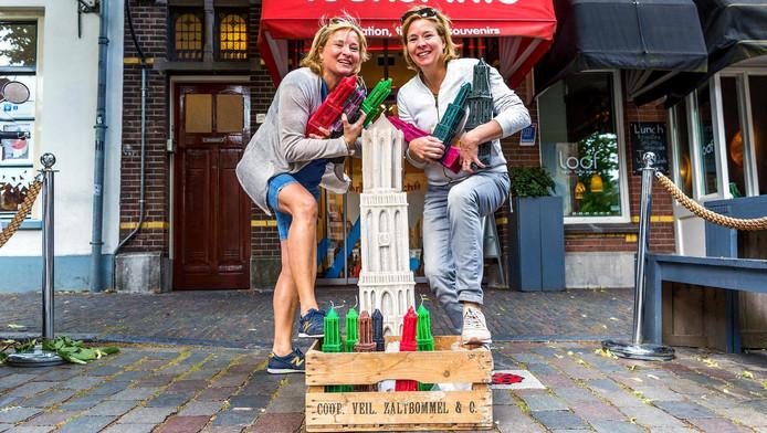 Manon en Mandy (r) Snel verkopen weer de handgemaakte Utrechtse Domkaars.