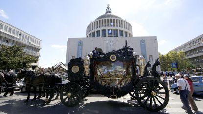 Bokskampioenen en barokke begrafenis met regen van rozenblaadjes: dit is zigeunerfamilie die Rome in haar greep houdt