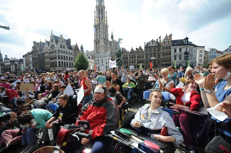 De 'picknick' van de Sint-Jozefinstelling op de Grote Markt geeft fijn stof definitief een gezicht. Honderden jongeren met een beperking betogen met hun begeleiders op vrijdag 20 juni 2008 tegen de bouw van de Lange Wapperbrug.