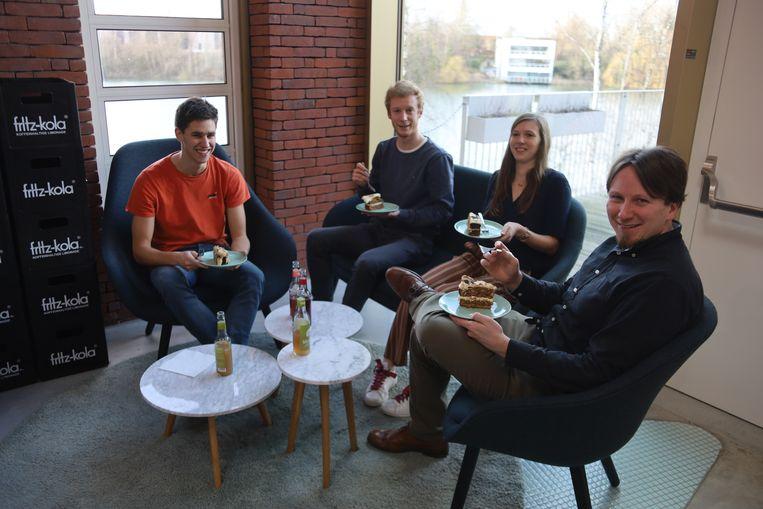 Het team achter de incubator Darwin trakteerde zijn klanten op een stuk taart.