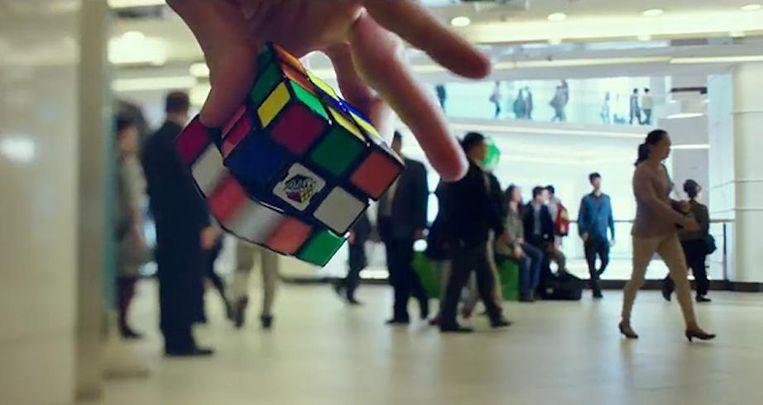 Een scene met een Rubik's Cube uit de film Snowden. Beeld Open Road Films