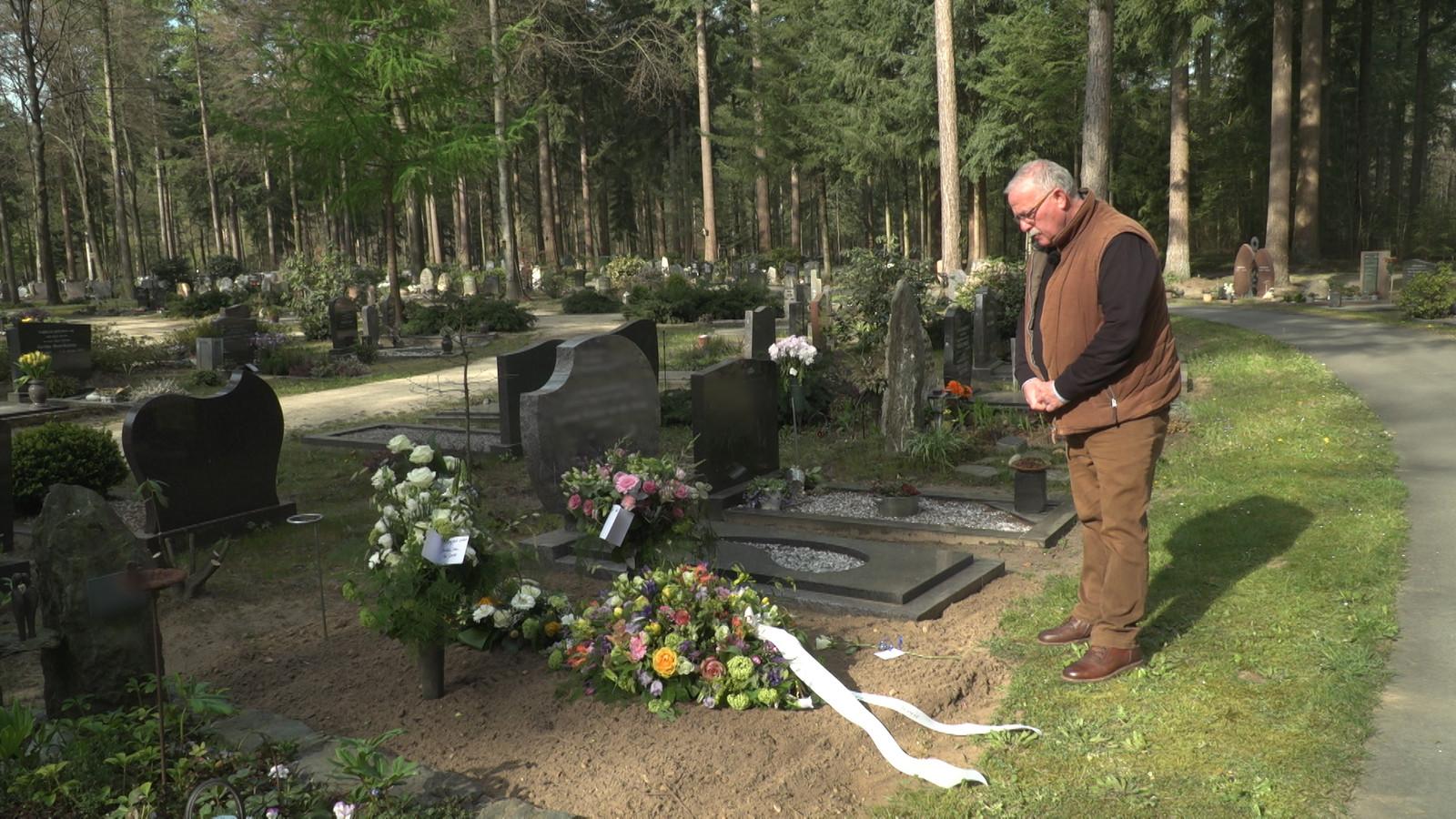 Bestuurslid Hans van Es van christelijk mannenkoor de Lofzang nam dit voorjaar afscheid van aan corona overleden koorleden.