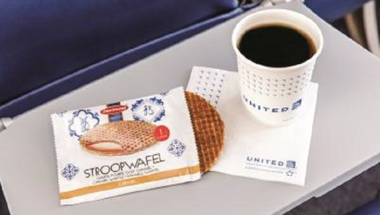 United Airlines heeft de Hollandse stroopwafel ontdekt. Hoeveel miljoenen stroopwafels fabrikant Daelmans jaarlijks moet gaan leveren, wil het bedrijf niet zeggen. Beeld United Airlines
