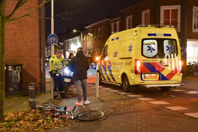 Voorwiel fiets breekt af na botsing met auto in Tilburg.