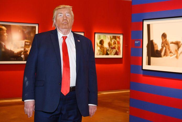 Een nep-Donald Trump opende gisteren 'Truth is Dead'(De Waarheid is Dood), een tentoonstelling in Los Angeles van de Engelse kunstenares Alison Jackson.